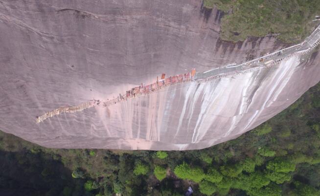 (长江网)近期,报道了这样一则消息:睡在400英尺(122米)高的绝壁上会有怎样的感受?在秘鲁安第斯山脉上,秘鲁旅游公司Natura Viva运营着三个悬挂在悬崖峭壁上的胶囊旅馆。这三个24米乘以8米大小的胶囊旅馆是透明的,用聚碳酸酯和铝制作而成。从胶囊公寓中可以看到壮观的神圣峡谷,这里以其迷人的景色和小村庄,以及惊险的道路而出名。    悬崖断壁间,惊险体验!是不是令人惊叫呢!   消息一出,惊呆了众人。殊不知,在我国大湘西南的怀化通道有座万佛圣山,一条悬空玻璃栈道即将横空出世。万佛山玻璃栈道正在加