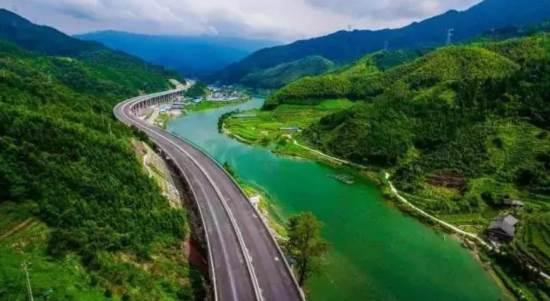 """随着桂三高速这个路段枢纽的开通,实现了湖南怀化可全程高速开往桂林,而桂林自驾前往湖南最美县城通道将会由原来的4个小时缩短为1.5个小时!    这条为旅游而生的高速公路,沿途的风光美不胜收。   桂三高速最高海拔500米,行驶中,道路两旁是层峦叠嶂的小丘陵,云雾缭绕。在丁岭底到白水之间,倘若遇上一场阵雨,连绵壮美的大山之间,升腾起薄纱般的烟云,更是显得仙气飘飘。   桂林一直是国内旅行单上的必去旅行地,它有着泼墨山水画一样的仙境美景,有着刘三姐的美丽故事,有着小学课本里栩栩如生的画卷,""""舟行碧波上,"""